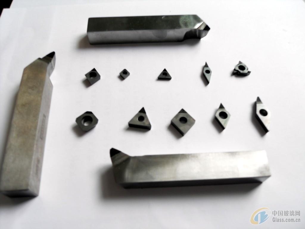图片简介: 金刚石刀具具有极高的硬度和耐磨性、低摩擦系数、高弹性模量、高热导、低热膨胀系数,以及与非铁金属亲和力小等优点。可以用于非金属硬脆材料如石墨、高耐磨材料、复合材料、高硅铝合金及其它韧性有色金属材料的精密加工。金刚石刀具类型繁多,性能差异显著,不同类型金刚石刀具的结构、制备方法和应用领域有较大区别。