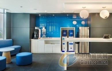 现代办公室内设计的彩色玻璃