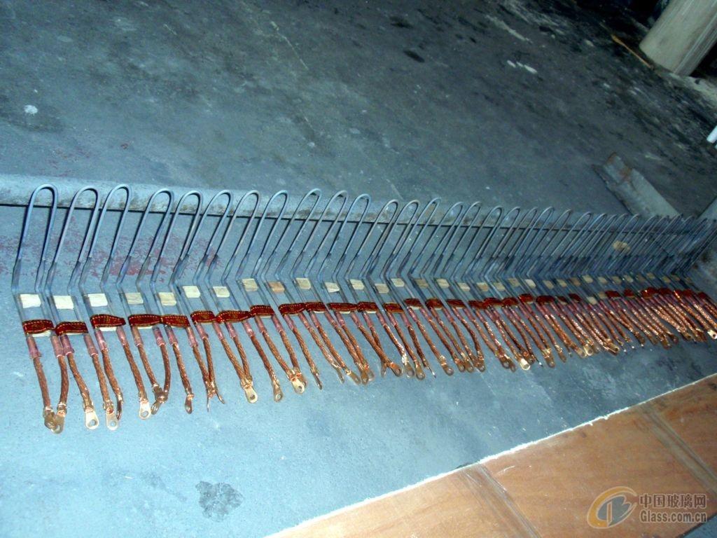 硅钼棒阻性电热元件是一种以二硅化钼为基础制成的耐高温、抗氧化的电阻发热元件。在高温氧化性气氛下使用时,表面生成一层光亮致密的石英(SiO2)玻璃膜,能够保护硅钼棒内层不再氧化,因此硅钼棒元件具有独特的高温抗氧化性。在氧化气氛下、最高使用温度为1800,硅钼棒电热元件的电阻随着温度升高而迅速增加,当温度不变时电阻值稳定。在正常情况下元件电阻不随使用时间的长短而发生变化,因此,新旧硅钼棒电热元件可以混合使用。根据加热设备装置的结构、工作气氛和温度,对电热元件的表面负荷进行正确地选择,是硅钼棒电热元件的使用寿命