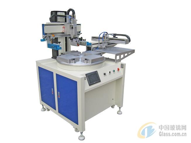 1、按压印方式可分为四类平面丝网印刷机。使用平面丝网版在平面承印物上印刷,一般是刮墨板压着印版水平移动,通过印版起落更换承印物。曲面丝网印刷机。使用平面丝网版在圆面承印物上印刷,一般是刮墨板固定,印版水平移动,承印物随印版等线速度转动。转式丝网印刷机。使用圆筒丝网版,筒内部装楔状刮墨板或刮墨辊,印版转动和承印物移动的线速度相同。静电丝网印刷机。使用导电性良好的不锈钢丝网版,由正负电极板之间的静电驱使粉墨穿过印版通孔部分附到承印件的表面,是无压印刷。机器的形状因承印物不同而异,但一般都包括承印物输入部