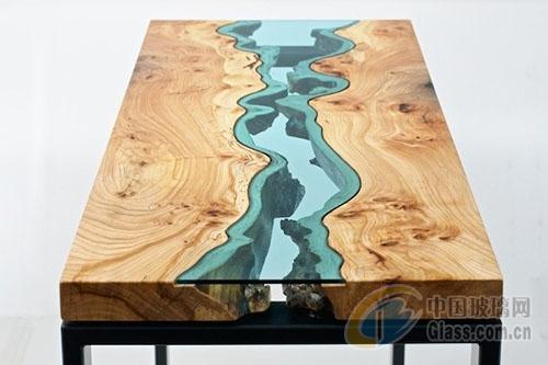 用废木头和玻璃做成的河流桌子
