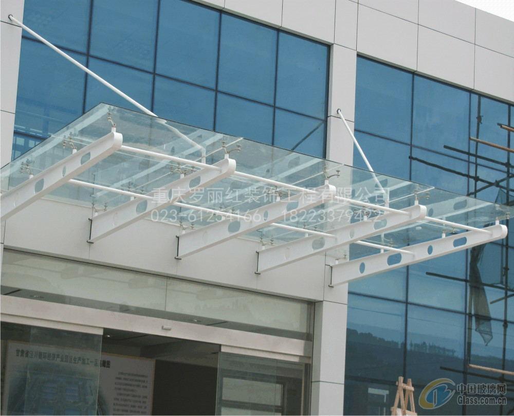钢结构的玻璃雨棚通透性强,防水性高,玻璃雨棚以钢结构框架为主要结构