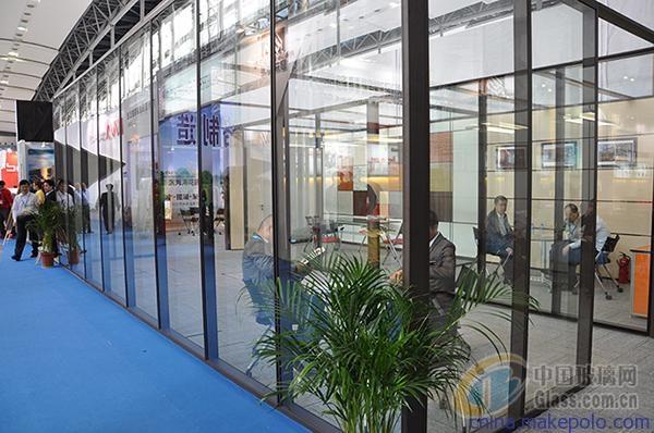 水泥框架结构玻璃墙