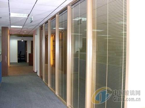 百叶玻璃隔断名义解释:百叶窗是一种家庭新房软装装饰物,新建的楼房