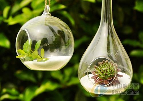 """玻璃花瓶最基本的功能是插花,而现今的花瓶已经完全不甘心只担当""""花瓶图片"""