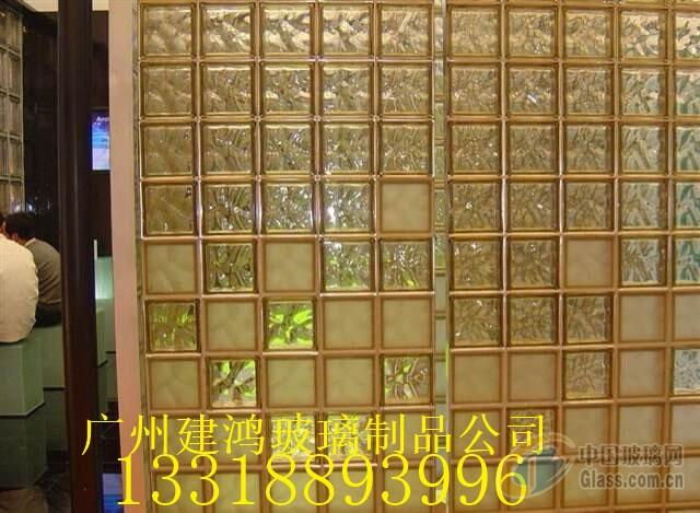 空心玻璃砖均具透光性,但由花纹不同折射角度不同以及是否蒙砂可区分