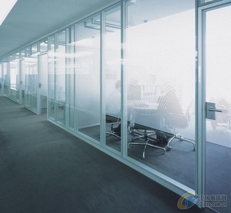 深圳磨砂玻璃隔断(希格玛)制作及施工工艺流程 1.客户需求与设计沟通了 2.现场丈量尺寸 3.图面设计与估价作业预算确认 4.实际放样 5.确认图面 6.确认天花板与地板材质先行施工完成 7.组立框架 8.配合布线 9.拍合面板 10.安装插座、开关 11.装置配件与吊挂系统 12.完工微调 13.清场 14.验收改善工程 15.结案报告