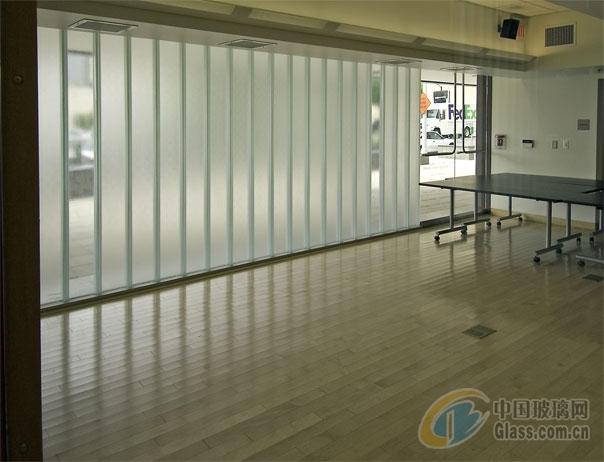 白玻就是普通的白色玻璃。玻璃:其他玻璃其他玻璃一说,只是笔者在分类时相对于平板玻璃而言,并非业内正式分类。主要有:1、钢化玻璃。它是普通平板玻璃经过再加工处理而成一种预应力玻璃。钢化玻璃相对于普通平板玻璃来说,具有两大特征:1)前者强度是后者的数倍,抗拉度是后者的3倍以上,抗冲击是后者5倍以上。2)钢化玻璃不容易破碎,即使破碎也会以无锐角的颗粒形式碎裂,对人体伤害大大降低。2、磨砂玻璃。它也是在普通平板玻璃上面再磨砂加工而成。一般厚度多在9厘以下,以5、6厘厚度具多。3、喷砂玻璃。性能上基本上与磨砂玻璃相