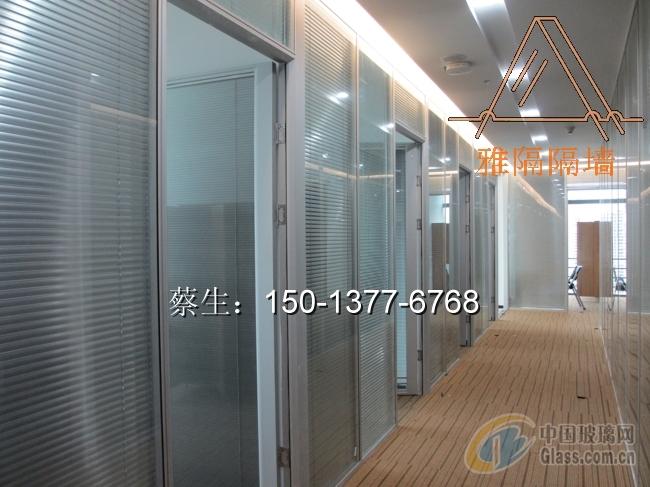 压花玻璃隔断是一种经过特殊压制工艺生产而成的单面或双面带有花纹