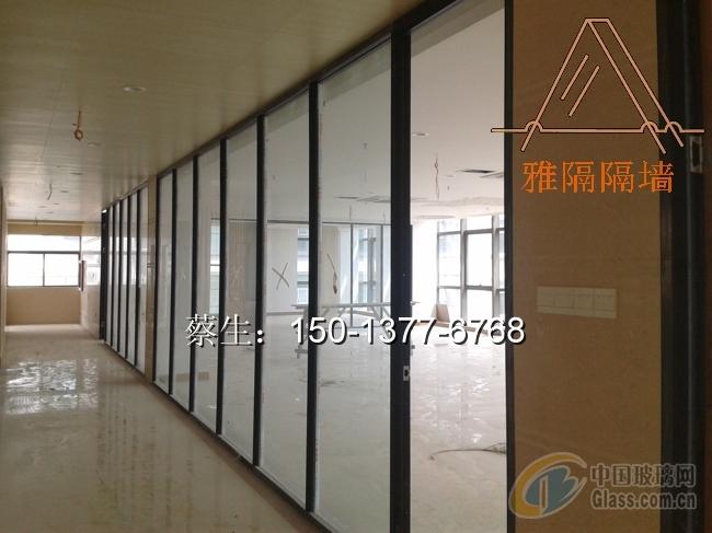 普通的玻璃隔断必须要钢化,钢化玻璃隔断可以满足我们安全和强度高的