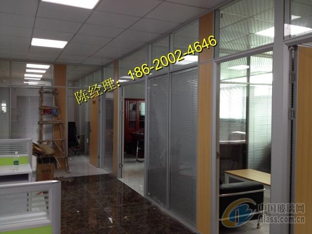 领导办公室的外隔墙,办公空间走廊划分;大堂玻璃隔断等.