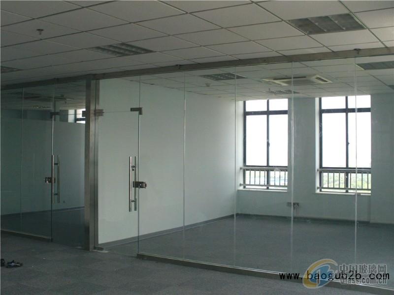 玻璃隔断,顾名思义,就是玻璃制作的隔墙,但是相对于其他玻璃制品