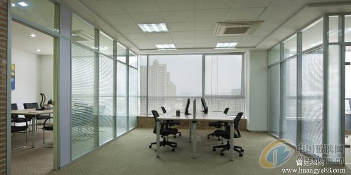 2,根据隔断框架的材料:铝合金框玻璃隔断,不锈钢框玻璃隔断,钢结构