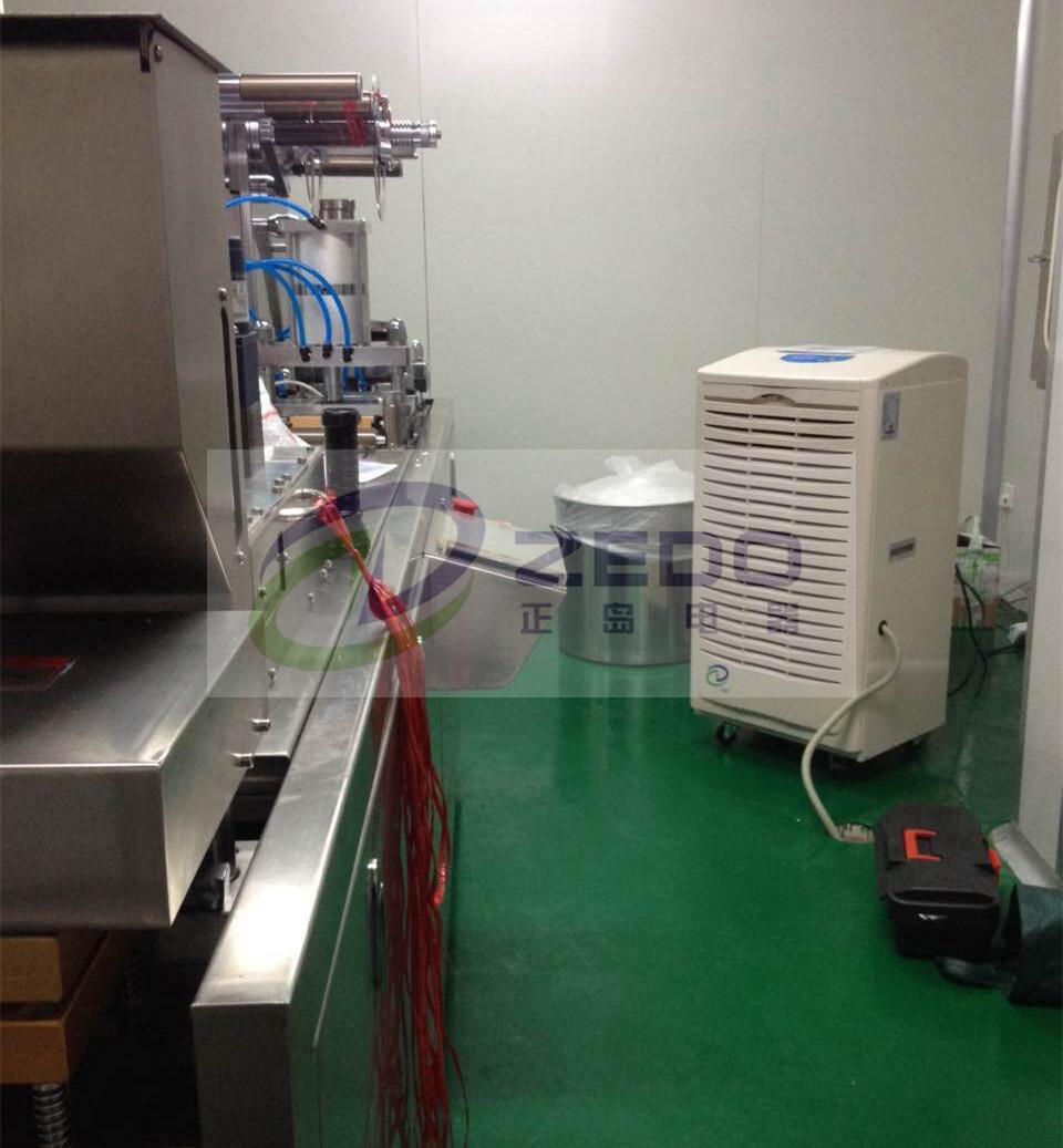 除湿机是利用冷冻干燥的原理,把潮湿空气吸入蒸发器降到露点温度以下
