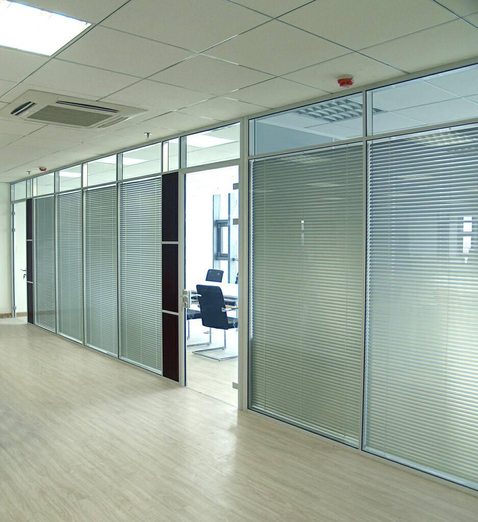 如果玻璃隔断的框为外包饰面板的话