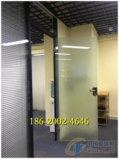 该设计采用黑色铝材框架搭配双面玻璃,玻璃有2米高采用贴磨砂纸遮