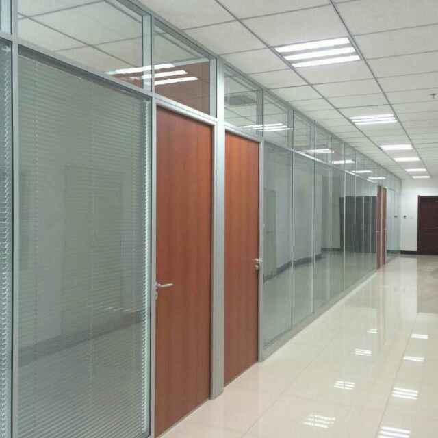 2,根据隔断框架的材料:铝合金框玻璃隔断,不锈钢框玻璃隔断,钢结构框