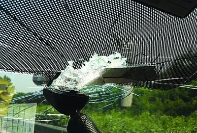 汽车在行驶中遇到挡风玻璃破碎的情况时,必须降低车速,并