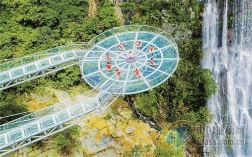 6月28日,广东清远古龙峡悬空玻璃平台,玻璃吊桥等四个高空观光玻璃