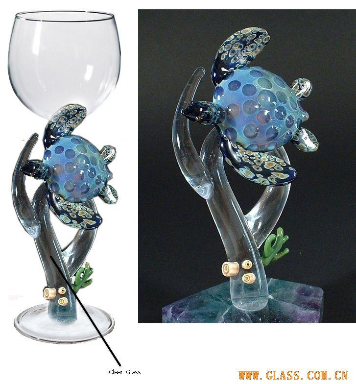 带动物的玻璃酒杯