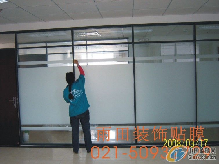 办公室玻璃墙体美化全攻略之办公室磨砂膜 建筑磨砂装饰膜的用处:为建筑玻璃墙体增光添彩,让整体建筑更加美丽。 辅助室内设计,美化办公室隔断。 提供特别的标注服务,定制客户图标/标记。 创造私密,给人自由自在的私密空间。 色泽丰富,风格变换灵活性、创意简单实现,相比传统的雕刻图案玻璃,更美观、更清晰。 减少视觉干扰,又充分利用光线,为办公室隔断、餐厅和店门的极佳选择。 减少刺目眩光,磨砂膜减少视觉疲劳,保护视力,改善大厦工作环境。安全环保,玻璃磨砂贴膜具有增强玻璃强度功能,是对抗地震、飓风及室外爆炸的可靠武器