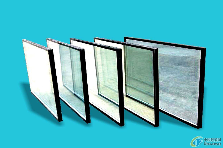 中空玻璃是由两层或多层平板玻璃构成。四周用高强高气密性复合粘结剂,将两片或多片玻璃与密封条、玻璃条粘接、密封。中间充入干燥气体,框内充以干燥剂,以保证玻璃片间空气的干燥度。可以根据要求选用各种不同性能的玻璃原片,如无色透明浮法玻璃压花玻璃、吸热玻璃、热反射玻璃、夹丝玻璃、钢化玻璃等与边框(铝框架或玻璃条等),经胶结、焊接或熔接而制成。中空玻璃广泛应用于住宅、饭店、宾馆、办公楼、学校、医院、商店等需要室内空调的场合。常见分类:浮法中空玻璃、钢化中空玻璃、镀膜中空玻璃、LOW-E中空玻璃。