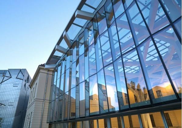 """香港艺华玻璃镜业有限公司,系香港知名人士---""""玻璃大王""""邓先生亲自创办的具有50余年历史的优质""""老字号""""玻璃加工商,盛名享誉中外,旗下东莞市桥头镇禾坑工业区艺华弧形钢化玻璃有限公司,占地面积68000,总投资1.3亿余元,自建现代化标准厂房,专业从事建筑玻璃、家俬玻璃、工艺装饰玻璃、玻璃幕墙及其配套产品的开发设计与生产加工。 公司主要产品有:(半)平钢化玻璃、弧形钢化玻璃、(Low-e节能)中空玻璃、夹层玻璃、夹丝玻璃、防弹玻璃、防砸玻璃、(异形)家俬玻璃"""