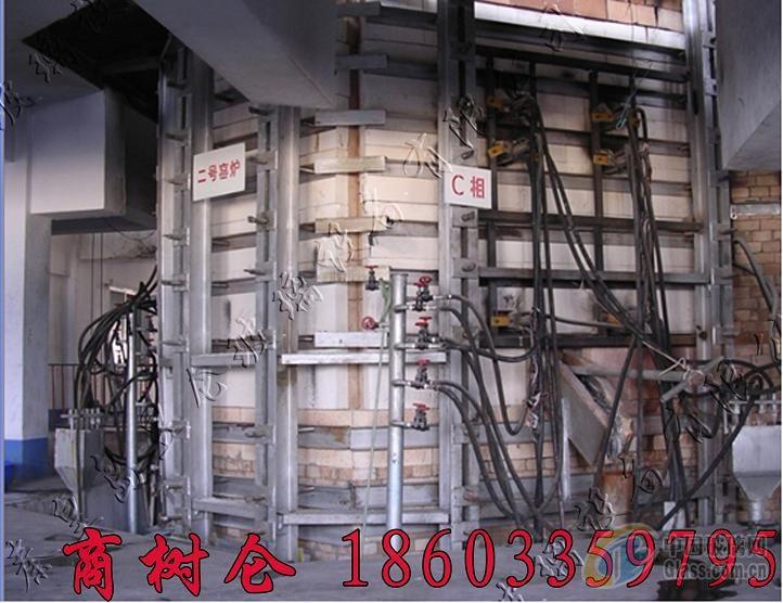 秦皇岛昱仑玻璃设备有限公司简介 秦皇岛昱仑玻璃设备有限公司是一家高新技术型企业。主要从事玻璃电熔窑及其配套设施的设计、制作和安装施工,提供电熔窑炉的点火、放料、冷修、热修服务。 公司创始人来自国家级研究设计单位,具有从事玻璃研究设计近30年的经验。自2002年以来先后为国内外设计、制造和安装施工了一百多台玻璃电熔窑炉,受到广大客户的一致好评。 电熔窑炉的品种有:钠钙硅系高白料玻璃电熔窑炉、高硼硅玻璃电熔窑炉、药包材玻璃电熔窑炉、化装品瓶和各类包装瓶电熔窑炉、颜色玻璃电熔窑炉,各类电助熔窑炉电子元件用玻璃窑