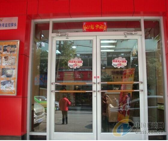 供应新疆肯德基门连锁店门生产销售,乌鲁木齐肯德基门厂家,克拉玛依肯德基门定做,厂家直销,加厚不加价,坚固耐用,安全可靠! 纳格玛门业90°平开门由自主铝型材制作,简洁大方。90°平开门俗称肯德基门,随着肯德基在中国的第一家餐厅在北京的正式开业,世界著名的炸鸡快餐连锁企业开始在全国兴起。肯德基的到来不仅率先将现代的快餐概念引入中国,其优雅的就餐环境特别是它醒目、凝重、大方的招牌式门面给数以亿计的顾客心里留下了美好的印象。越来越多的企业、单位、个人注意、喜爱并使用上了这种门体,并把这种门叫作&