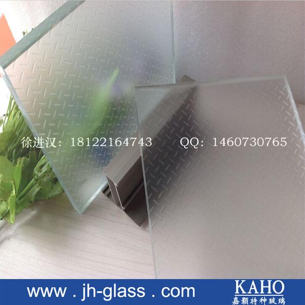 现代建筑中,自然光被日益用于创造空间感和明亮度。可行走的结构,诸如玻璃地板和脚踏板等,具有轻巧优雅的特点,尤其应用于小型厅室,例如休息厅等,增加空间感。 防滑玻璃地板是一种具有优越性能及安全性的创新地板材料,它是通过采用多夹层工艺加工而成的,上片采用钢化玻璃,表面涂有特殊的防滑膜层(NSS)。   特点 1、防滑 防滑玻璃表面的防滑层具有较高摩擦系数,为防滑玻璃地板的防滑性能提供了保障,可以随心所欲的行走而不滑倒。 2、通透 防滑处理后的玻璃地板依然保持通透特性,完全实现视线畅通无阻、视觉一体化、使视觉空