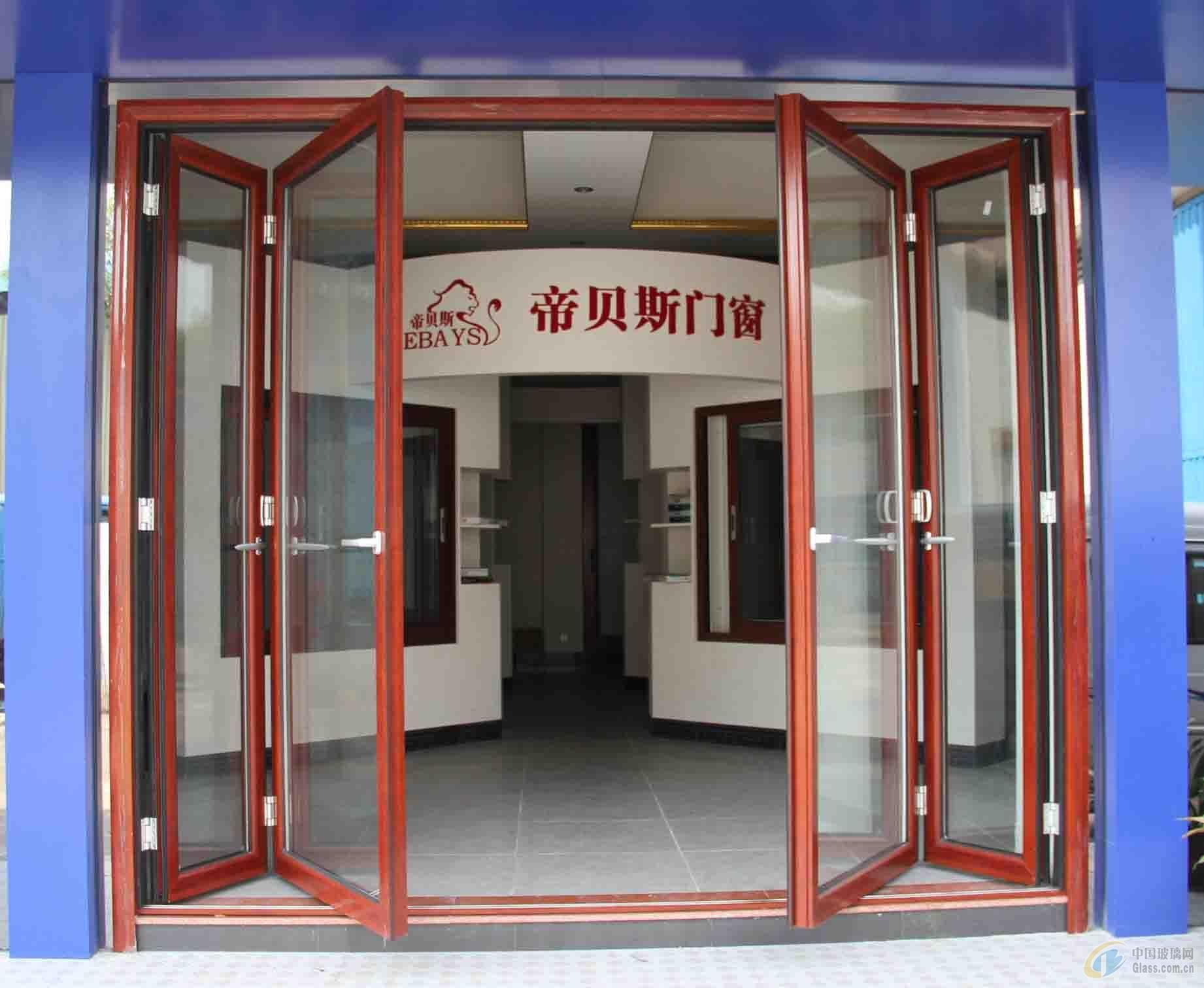 玻璃折叠门价格,铝合金折叠门多少钱一平方 每个家庭装修房子的目的是为了创造一个温馨调和的寓居环境,所以选择玻璃折叠门时首先要考虑是,玻璃折叠门的样式和颜色同居室作风的谐调搭配。装饰作风平稳素净就选择大方简约的样式;活泼明快就选择轻盈俗气想搭配;古典闲适则饰以厚重儒雅,总之,温之馨玻璃折叠门厂家建议选择作风相识类近。 通常铝合金折叠门有两种:分侧挂式折叠门和推拉式折叠门。铝合金折叠门主要运用在高层阳台,这样主要是灵活性比较强,需要时可以打开折叠门呼吸新鲜空气,门也可以完全打开享受阳光。 (铝合金折叠门) 玻