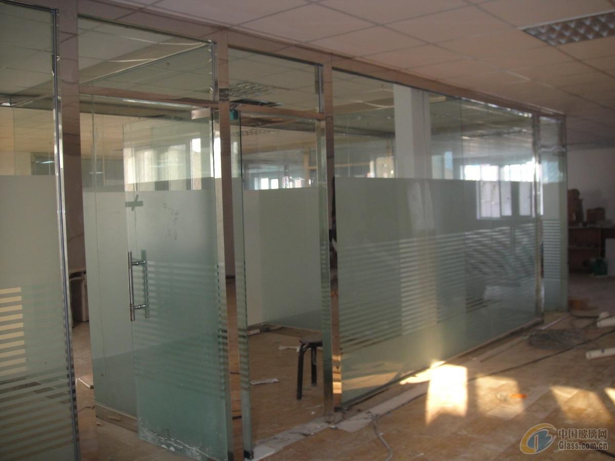定做玻璃隔断厂家 您好:我们是北京鑫磊玻璃门安装维修有限公司'用心服务、诚信创新、质量第一、价格合理 '是我们的经营理念,,在这里祝大家'生意兴隆,福气多多'专业为现代楼宇安装玻璃隔断,高隔断,合页玻璃隔断 ,幕墙玻璃隔断,幕墙门窗、安装及维修(包括各种幕墙、铝合金门窗、钢架结构等),承接各大酒店、购书中心、招商写字楼、宾馆、百货大厦、以及机关事业单位等如今隔断的日益普遍,关于隔断行业的市场先机和未来的发展趋势,我们也曾在公司进行过讨论研究,为我们以后更好的
