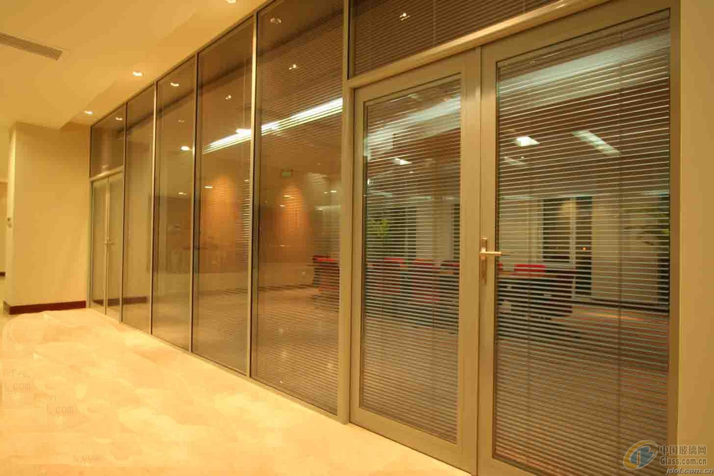 泰安玻璃隔断适用的范围很广,包括门厅、客厅、卫生间、浴室、厨房、走廊玄关等等。下面,我们就来介绍一下高隔间产品用的安装要领。 1、门厅:如果您的门厅与客厅是相连接在一起的空间,那么如果不安装高隔间就会使您的室内看起来更家凌乱,毫无章法可言,最主要的一点是会严重的影响到您的生活,使您的客厅没有了私密感,整个客厅会一览无余。如果在这种门厅与客厅相连接的空间内,装修安装一个高隔间,那么这样会使您的空间增加更多的层次感,从而您也可以选择把鞋柜与高隔间结合在一起进行设计,这样一来美观与实用功能并存,何乐而不为呢?