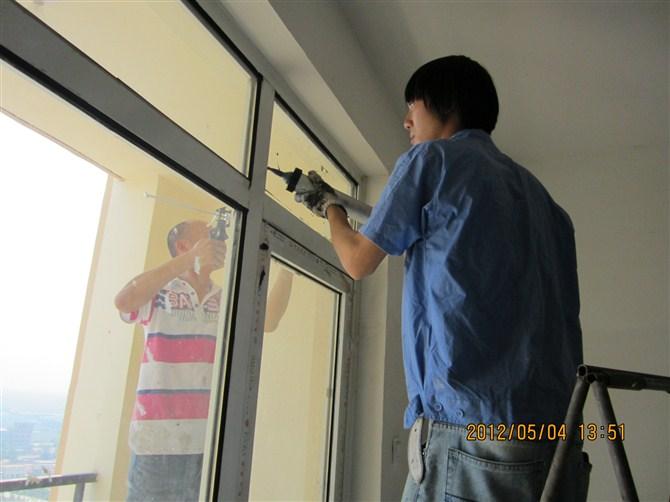 打玻璃胶技巧_工地上专业打玻璃胶多少钱一米,合适的价钱,我这有二三万米