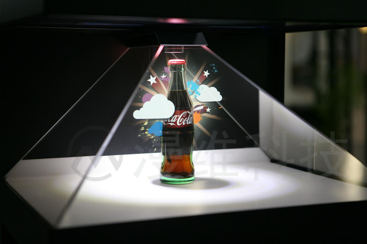 全息投影技术(front-projected holographic display)也称虚拟成像技术是利用干涉和衍射原理记录并再现物体真实的三维图像的技术。全息投影技术不仅可以产生立体的空中幻像,还可以使幻像与表演者产生互动,一起完成表演,产生令人震撼的演出效果。适用范围产品展览、汽车服装发布会、舞台节目、互动、酒吧娱乐、场所互动投影等。 360度幻影成像系统也称为虚拟成像系统将三维画面悬浮在实景的半空中成像,营造了亦幻亦真的氛围,效果奇特,具有强烈的纵深感,真假难辩。 360度金字塔将三维画面悬浮在实