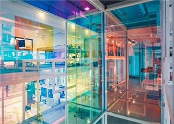 彩绘玻璃的太空般办公空间