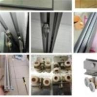 上海淋浴房玻璃移门拉不动维修滑轮损坏