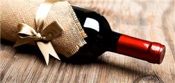 相比塑料瓶,葡萄酒爱好者更愿意选择玻璃瓶包装保持口感