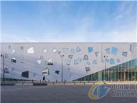 梯形玻璃穿透混凝土墙体,一起来欣赏下吧!