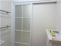 卫生间隔断选磨砂玻璃的优点  卫生间玻璃隔断门什么样的更耐用