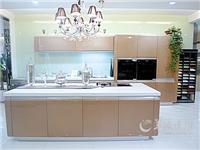 橱柜玻璃门是钢化好还是烤漆好  厨房橱柜门有号笔标记怎么清除