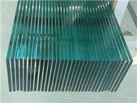 钢化玻璃和普通玻璃的区别  普通玻璃,钢化玻璃和塑胶玻璃的性能有何不同