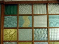 有色玻璃是怎样做染色的  有色玻璃为何不宜做窗户