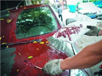 挡风玻璃喷到油漆怎么洗  玻璃表面油漆的清除方法