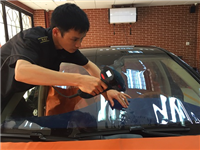 汽车挡风玻璃贴膜好用吗  汽车玻璃需要打蜡养护吗