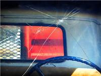 该怎么避免挡风玻璃碎裂  汽车玻璃防爆膜有什么用