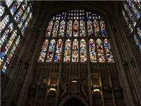 教堂窗户为何用彩色玻璃  教堂彩色花玻璃怎么做的