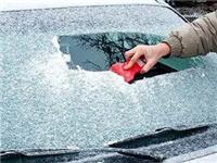 冬季挡风玻璃要怎样除霜  汽车挡风玻璃的除雾妙招