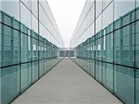 玻璃幕墙通常用哪种玻璃  吸热玻璃有什么性能特点