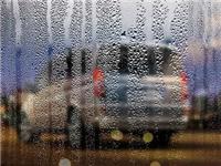 前挡风玻璃为什么有雾气  车内玻璃上有雾气怎么办